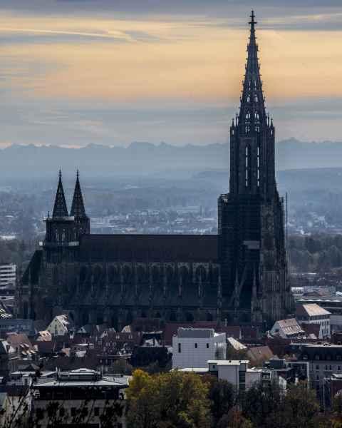 Das Ulmer Münster vor den Alpen